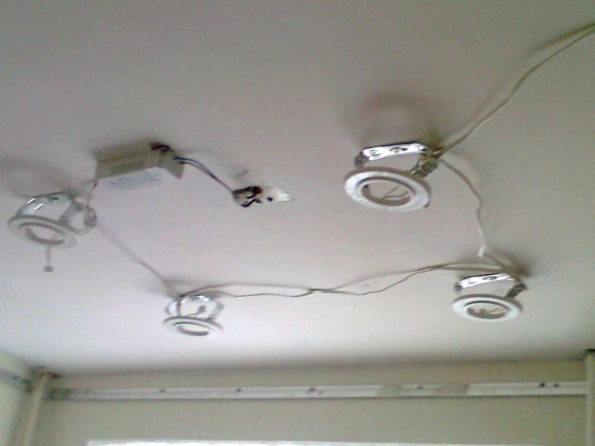 Монтаж точечных светильников на одном уровне с натяжным потолком