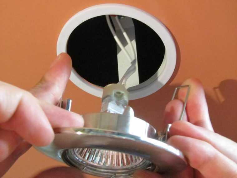Установка встраиваемых точечных светильников