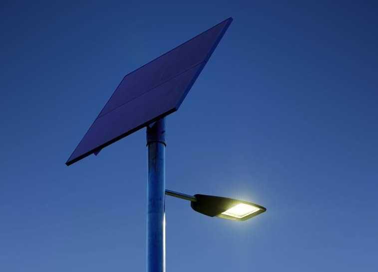 Главное достоинство уличного фонаря на солнечной батарее - автономность
