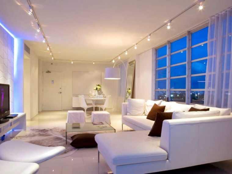 Использование накладных точечных чветильников позволяет эффективно освещать помещение