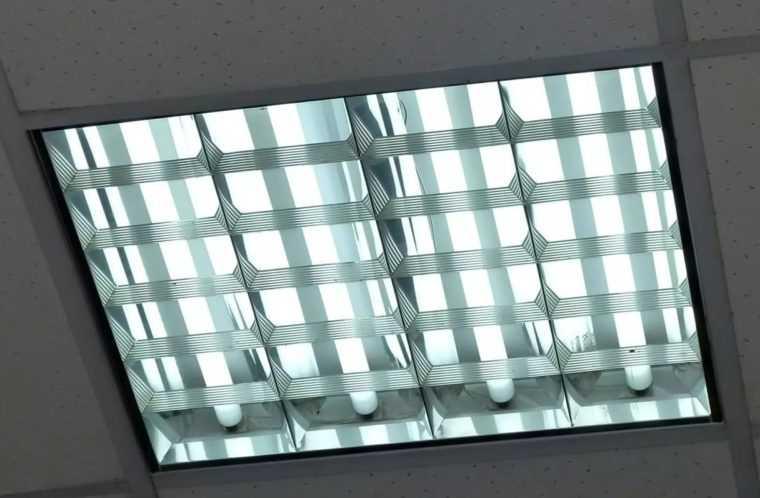 Четырехламповый люминесцентный светильник