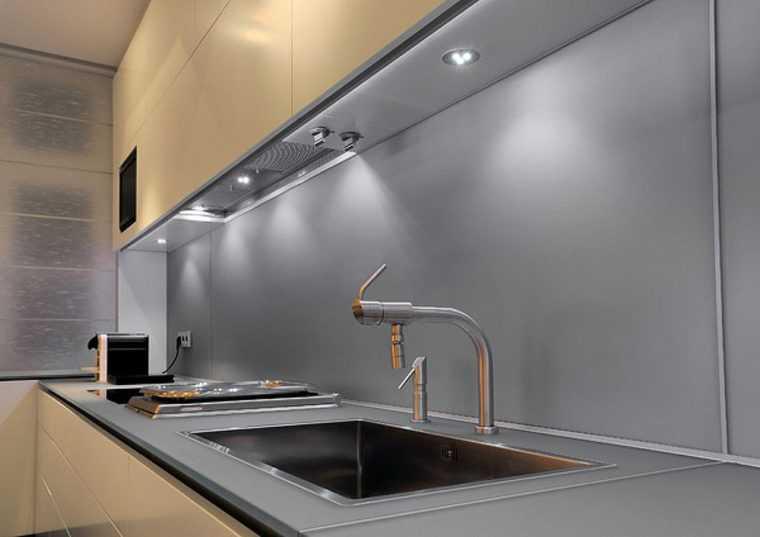 Подсветка кухни с помощью врезных точечных светильников