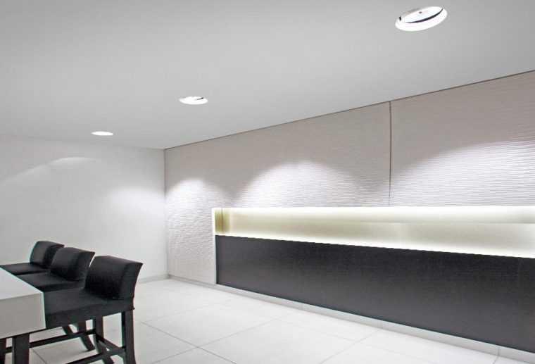 Дизайн интерьера комнаты с врезными потолочными светильниками