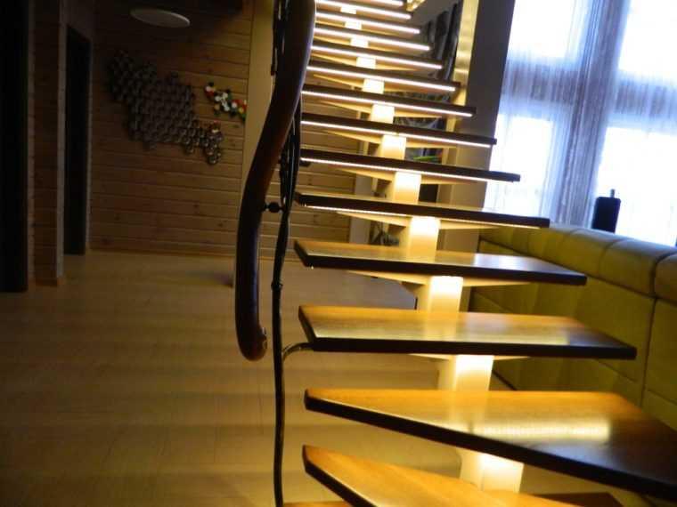 Освещение лестничного марша в загородном доме
