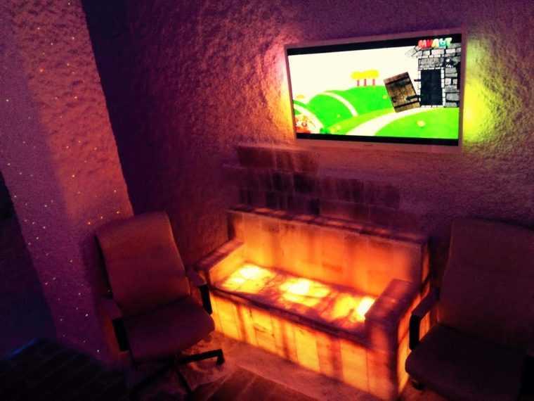 Комната для галотерапии с солевым светильником в виде дивана