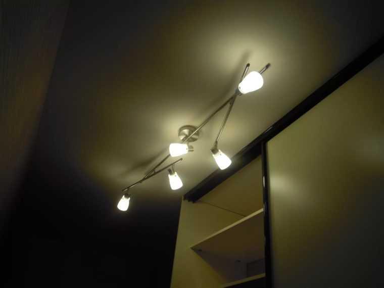 Светильник для коридора с регулируемым направлением светового потока