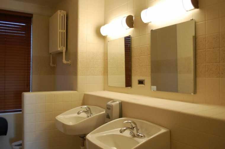 Настенный бра над зеркалом в ванной комнате