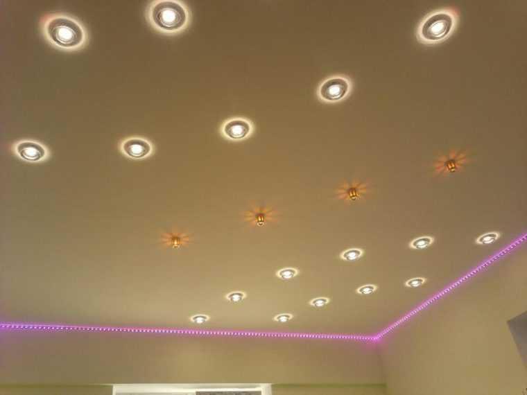 Симметричное расположение точечных светильников на натяжном потолке