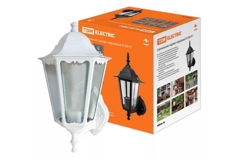 Настенный светильник для подсветки фасада