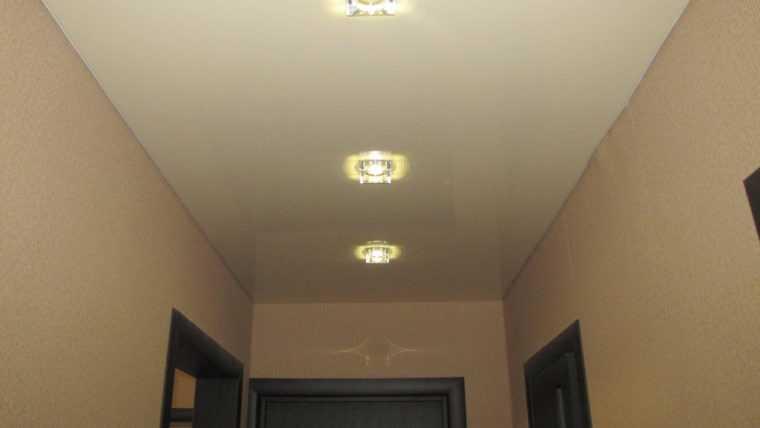 Освещение коридора точечными светильниками
