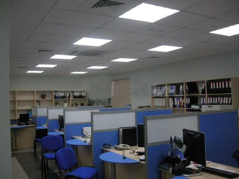 Обычно потолочное освещение является основным в офисе