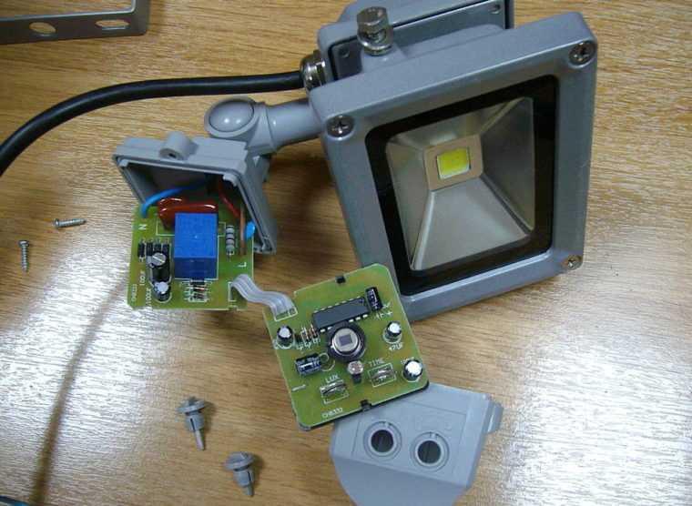 Устройство уличного светодиодного прожектрора с датчиком движения