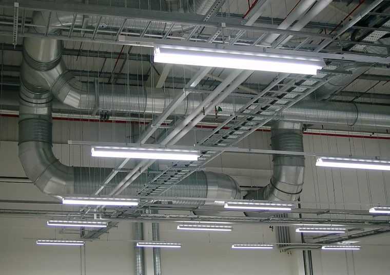 Подвесные светильники на индустриальном объекте