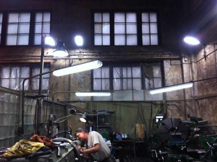 Комбинированное освещение ремонтной мастерской