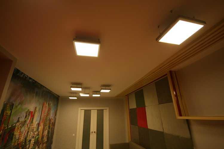 Подвесные LED панели в интерьере комнаты