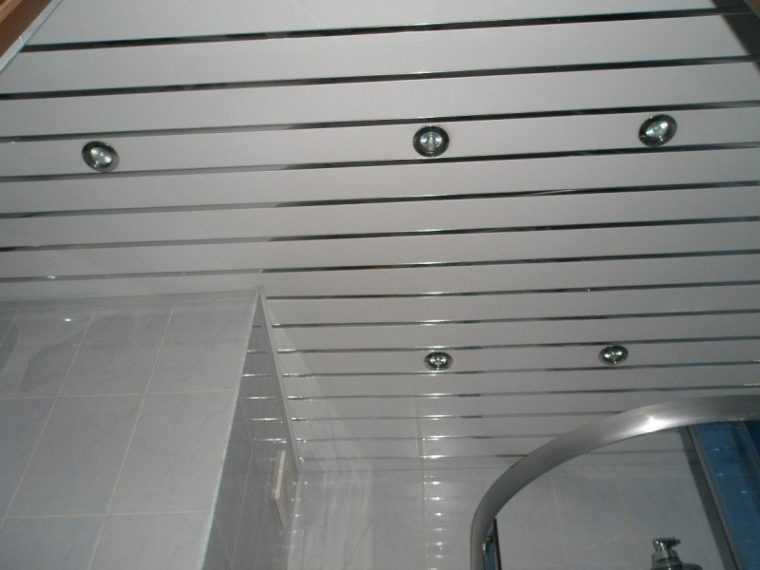Точечные светильники для реечного потолка в ванную комнату