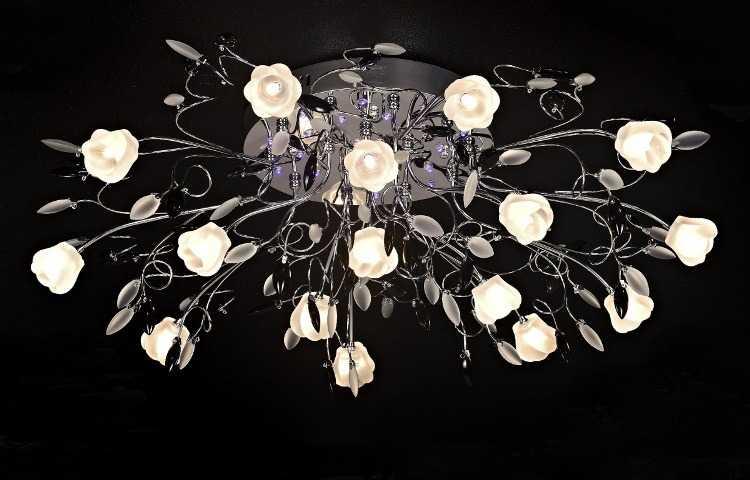 Многорожковая люстра с маленькими галогеновыми лампочками