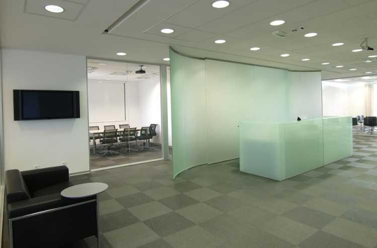 Круглые LED светильники в интерьере офиса