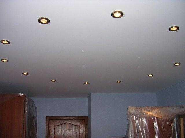 Встраиваемые в потолок галогеновые светильники