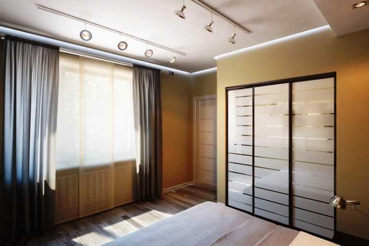 Потолочные споты в интерьере спальной комнаты