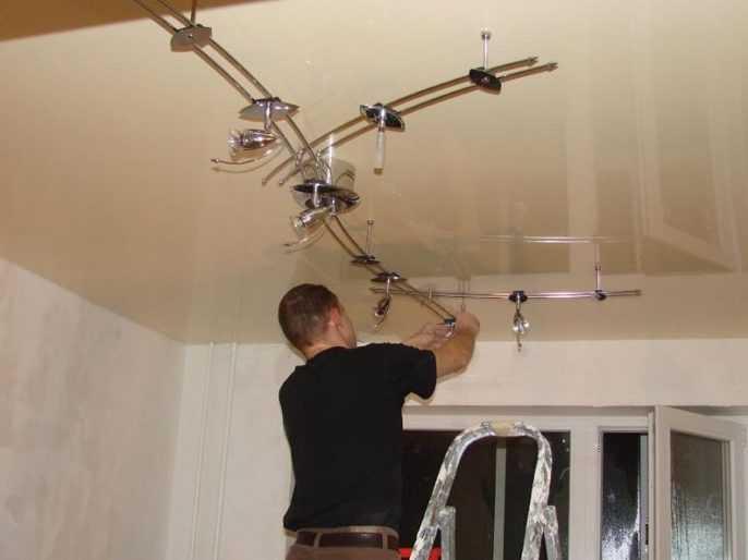 Установка спотов на натяжной потолок