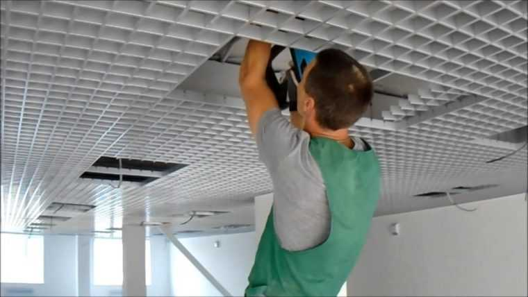 Установка светильников в потолок Грильято