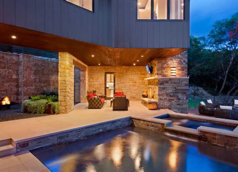 Освещение зоны отдыха во дворе дома с помощью точечных потолочных светильников