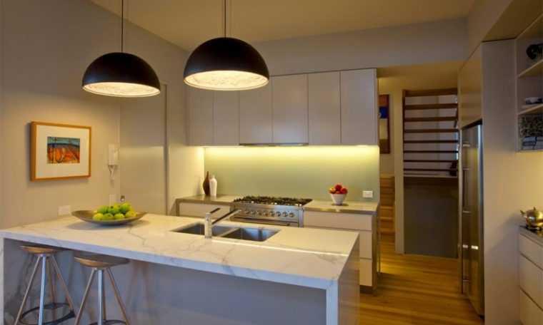 Двойной светильник над рабочей зоной на кухне