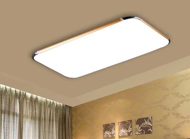 Плоский потолочный светильник в интерьере гостиной