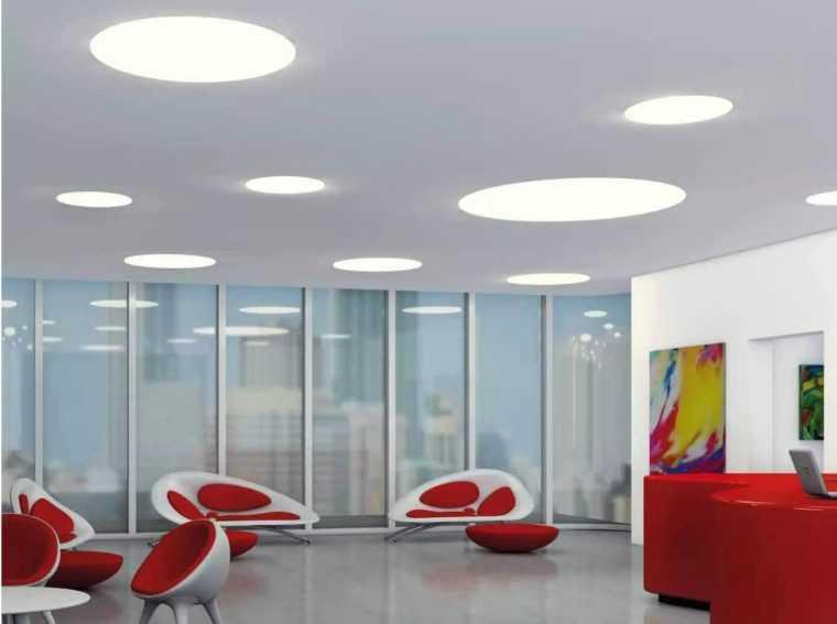 Встроенные в натяжной потолок плоские светильники