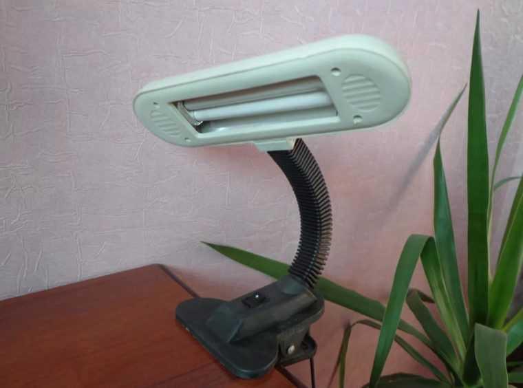 Люминесцентная настольная лампа на прищепке