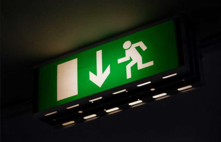 Указатель направления движения для экстренного покидания здания
