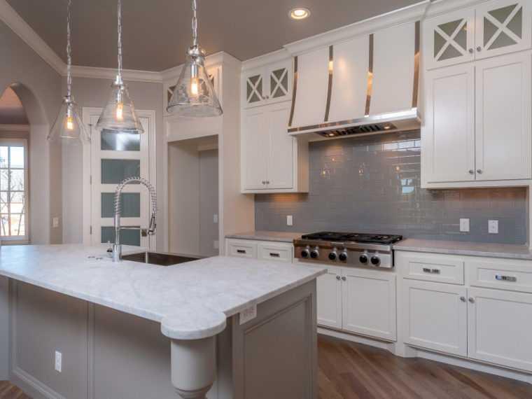 Подвесные светильники для кухни со стеклянными плафонами