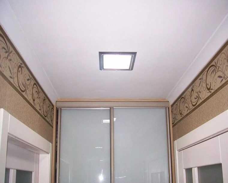 Встроенный в потолок LED-светильник в коридоре