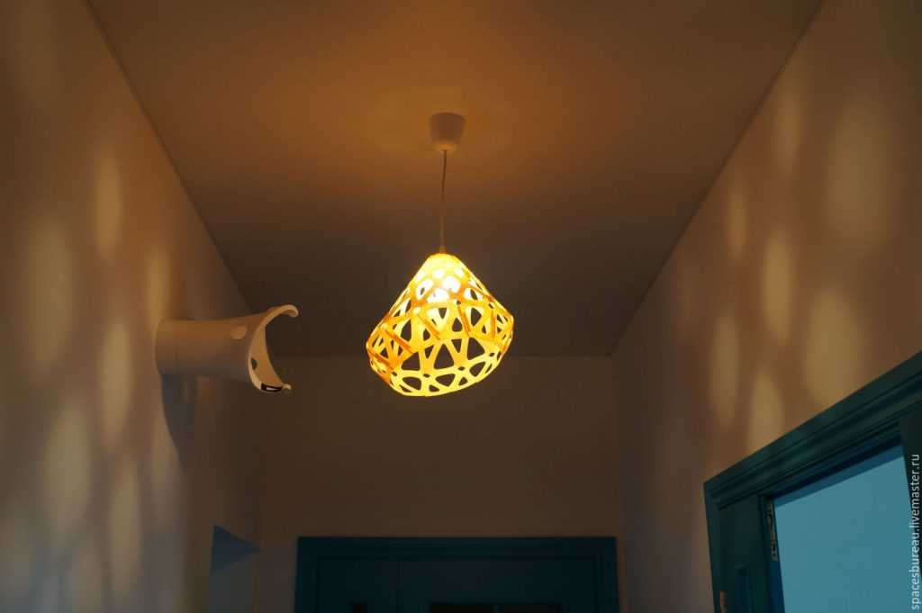 Желтый светильник