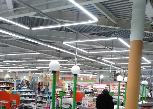 Освещение в торговом центре подвесными осветителями